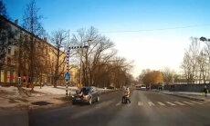 ВИДЕО: В Риге на пешеходном переходе Audi сбил женщину (дополнено)