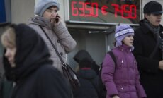 Krievijas kredītreitingu pazemina līdz 'atkritumu' līmenim