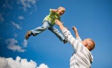 Pētījums: 'tēva ieguldītais darbs' bērna audzināšanā ASV gadā izmaksā 23 344 dolāru