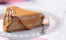 Ceptā siera kūka ar datelēm un iebiezinātā piena mērci