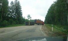 ВИДЕО: У Плявиняс грузовик заблокировал дорогу