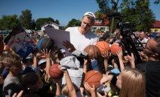 Foto: Porziņģis atklāj savu otro basketbola laukumu Liepājā un sniedz autogrāfus faniem