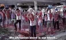'Blood Bucket Challenge': eiropieši aplejas ar 'asinīm' Ukrainas atbalstam