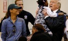 """ФОТО: Трамп посетил пострадавшие от урагана """"Харви"""" районы"""