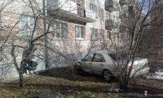 Vecmīlgrāvī 'Mercedes-Benz' taranē citus auto un iestūrē mājas sienā