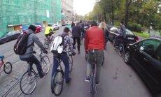 Video: Velosipēdisti sarīko masveida braucienu Rīgas ielās