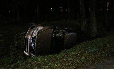 Parkošanās māksla: šoferis iebrauc Anniņmuižas parka grāvī un aizbēg