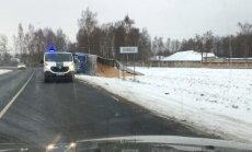 Video: Dobelē no avarējuša kravas auto izbirusi šķelda