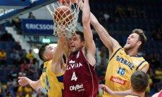 Latvijas basketbolisti uzvar Zviedriju un iekļūst PK kvalifikācijas nākamajā kārtā