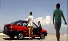 Ceļojuma stāsts 'ar bārdu': kā latviešu jaunieši pirms desmit gadiem ar vecu vāģīti brauca uz Irānu