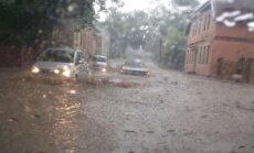 Lasītāja foto: Lietus pārpludina Cēsu ielas