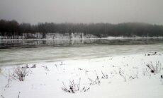Daugavā pie Daugavpils, sākoties ledus iešanai, ūdens līmenis kāpis par metru