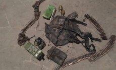Foto: Donbasā atrod apdegušu Krievijas karavīra patruļsomu