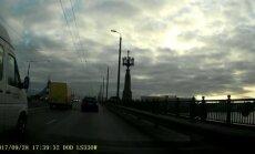 Video: Mikroautobusa 'riesta deja' uz Akmens tilta