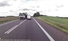 Video: Vieglā auto šoferis Polijā iebrauc pretējā joslā un saduras ar fūri