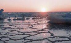 Video: Saulrietā apspīdētie ledus krāvumi jūrā no putna lidojuma