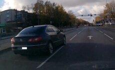 Video: Pārgalvis ar 'Volkswagen' Juglā lielā ātrumā traucas pie sarkanās gaismas