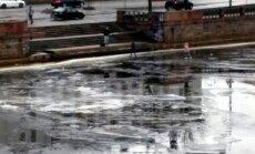 Foto: Jaunieši uz ledus pie Akmens tilta riskē ar dzīvību