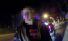 Video: Torņakalnā aiztur taksometra vadītāju teju trīs promiļu reibumā