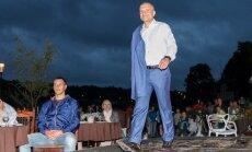 Foto: Pašmāju dizaineri un uzņēmēji iejūtas modeļu lomā uz 'mēles' Talsos