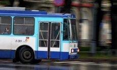Daugavpilī džips notriec zēnu; Rīgā sirmgalve pakrīt trolejbusā