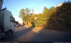 Video: Fūre krustojumā Rīgā nogriež ceļu autovadītājai