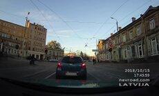 """ВИДЕО: В центре Риги мотоциклист """"переходит"""" дорогу с пешеходами"""