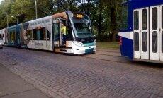 Foto: Kronvalda bulvārī pamatīgs tramvaju sastrēgums