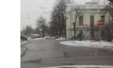ФОТО: Водителя озадачили дорожные знаки на Саркандаугаве (+ комментарий РД)