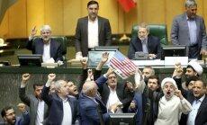 Foto: Irānas parlamentā sadedzina ASV karogu un kodolvienošanās kopiju