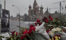 Laikraksts: uz Ņemcovu šauts no divām dažādām pistolēm
