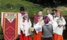 Foto: Ar novadu sadziedāšanos un gājienu Rīgā atklāts folkloras festivāls 'Baltica'