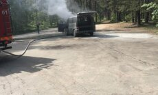 ФОТО: В Юрмале загорелся микроавтобус, водитель успел выскочить