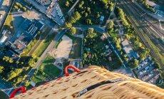 Foto: Fascinējoši skati no gaisa balona uz vakara saules pielieto Rīgu