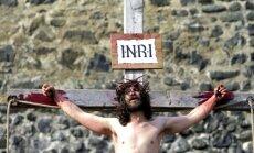 Foto: Peldes, krustā sišana un Jūdas dedzināšana Lieldienās visā pasaulē