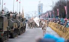 Foto: Svinīgā militāro spēku parāde krastmalā