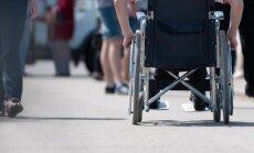 No valsts piešķirti invalīdu ratiņi uzliek milzīgu atbildību, uztraucas lasītājs