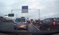 ВИДЕО: У кого преимущество? На Южном мосту водители не могут поделить дорогу