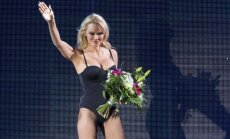 Foto: Pamela Andersone lepni izrāda jauneklīgo ķermeni