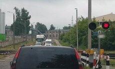 """ВИДЕО: """"Супер быстрая доставка гарантирована"""", или обгон на железнодорожном переезде"""