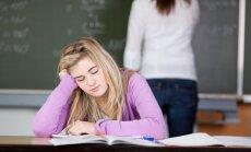 Pusaudžu resursu centrs: skolās ar vēlāku mācībstundu sākumu jaunieši ir veselāki