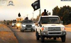 Foto: 'Daesh' atbalstītāji Adždābijā sarīko vērienīgu parādi ar melnajiem karogiem