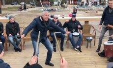 Video: Latvijas hokejisti spēlē bungas un saliedējas Siguldā