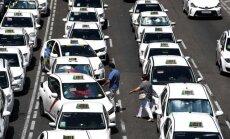 Foto: Spānijas ielās taksisti uzsākuši beztermiņa streikus