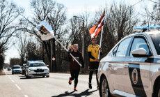 Divi skrējēji un trīs ekipāžas – lasītāju samulsina likumsargu simtgades skrējiens