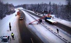 Video: Maskavas tuvumā uz autostrādes avarē neliela lidmašīna