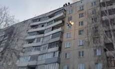 Video: Degošs krievs no 9. stāva ielec kupenā