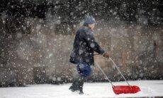Pirmdien īslaicīgi līs un kritīs slapjš sniegs