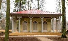 Elejas muižas parkā atklāj Tējas namiņu