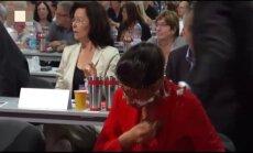 Video: 'Antifašists' Vācijas kreiso ekstrēmistu līderei sejā iegrūž torti